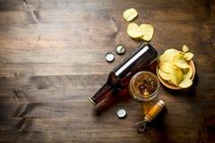 Bi?re et pommes chips dans la cuvette photo libre de droits
