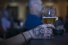 Bière et tatouage Photos stock