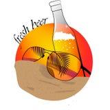 Bière et verres à la plage Photos libres de droits