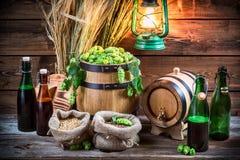 Bière faite maison de brassage dans la cave photographie stock