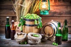 Bière faite maison de brassage dans la cave Image stock