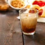 Bière foncée de versement dans le verre avec des porcs dans une couverture, ketchup, NU photo stock