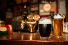 Bière foncée et blonde en verres photographie stock