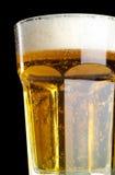 Bière fraîche d'isolement sur le noir Photographie stock libre de droits