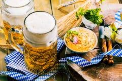 Bière fraîche d'Oktoberfest sur le Tableau en bois image libre de droits