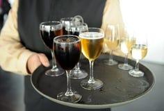 Bière froide, boissons non alcoolisées et vin blanc, barman, service de approvisionnement Photos stock