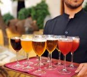 Bière froide et boissons non alcoolisées, barman, service de approvisionnement Photographie stock libre de droits