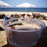 Bière froide savoureuse Regard artistique dans des couleurs vives de vintage Image stock