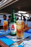 Bière grecque à un restaurant dans la ville de Mykonos, Grèce photos stock