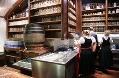 Bière intérieure avec des shelfs avec des tasses images libres de droits