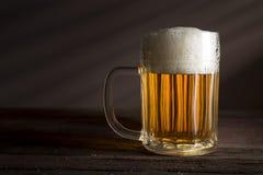 Bière pâle dans une cruche image libre de droits