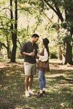 Bière parlante et potable de jeunes couples heureux Photos stock