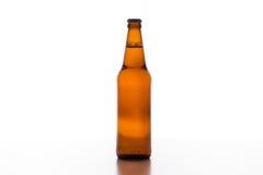 Bière pleuvant à torrents dans la tasse Images libres de droits