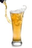 Bière pleuvant à torrents de la bouteille dans la glace Images libres de droits