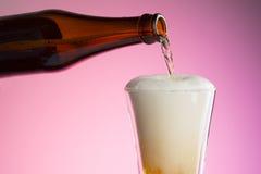 Bière pleuvante à torrents dans la glace Photo stock