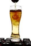 Bière pleuvante à torrents dans une glace grande Photo stock