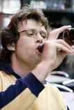 Bière potable Photographie stock libre de droits