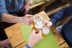 Bière potable avec des amis dans la barre Image libre de droits