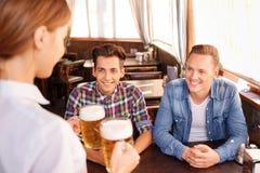 Bière potable d'ami satisfait Photos libres de droits