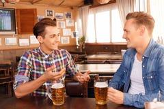 Bière potable d'ami satisfait Image stock