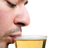 Bière potable d'homme Photos libres de droits