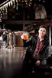 Bière potable d'homme dans le bar Photos stock