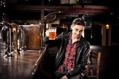 Bière potable d'homme dans le bar Photo libre de droits