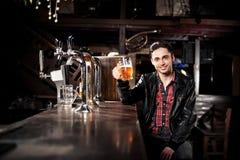 Bière potable d'homme dans le bar Image libre de droits