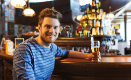 Bière potable d'homme heureux à la barre ou au bar photo stock