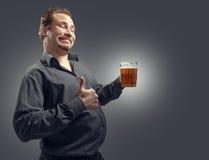Bière potable d'homme heureux de la tasse Photo libre de droits