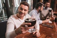 Bière potable d'homme positif bel Images libres de droits