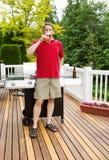 Bière potable d'homme sur le patio extérieur Photo stock