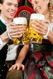 Bière potable de couples dans la brasserie Image libre de droits