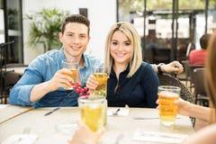 Bière potable de couples dans un restaurant Images libres de droits