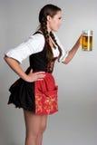 Bière potable de femme image libre de droits