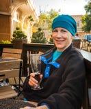 Bière potable de femme en café extérieur Photographie stock