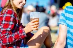 Bière potable de femme méconnaissable au festival de musique d'été Image stock