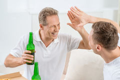 Bière potable de fils de père et d'adulte Photographie stock libre de droits