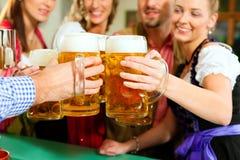 Bière potable de gens dans le pub bavarois Photographie stock libre de droits