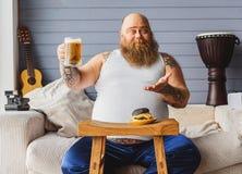 Bière potable de gros lard masculin à la maison Photographie stock