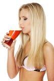 Bière potable de jeune femme Photographie stock libre de droits