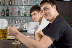 Bière potable de jeune homme amical à la barre Photos stock