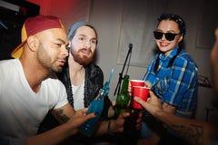 Bière potable de personnes à la mode à la partie dans la boîte de nuit Photos libres de droits