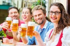 Bière potable de personnes dans le restaurant ou le bar bavarois Photographie stock