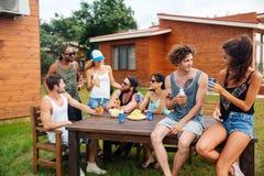 Bière potable heureuse des jeunes et avoir la partie extérieure d'été Photographie stock