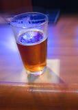 Bière pression sur le bar avec la tache floue Photo stock