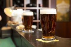 Bière rouge sur un compteur photographie stock libre de droits