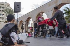 Bière-Sheva, ISRAËL - 5 mars 2015 : Adolescent juif se reposer noir et noir de pile extérieur et en observant une représentation  Photos stock