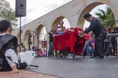 Bière-Sheva, ISRAËL - 5 mars 2015 : Adolescent juif se reposer noir et noir de pile extérieur et en observant une représentation  Images stock