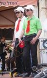 Bière-Sheva, ISRAËL - 5 mars 2015 : Deux types dans des chapeaux blancs avec le lien rouge Image libre de droits